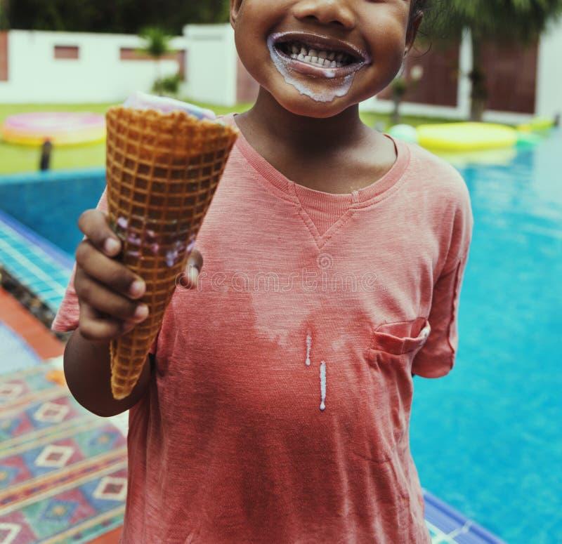 Close-up van Afrikaans afdalingsmeisje met roomijs door de pool royalty-vrije stock foto's