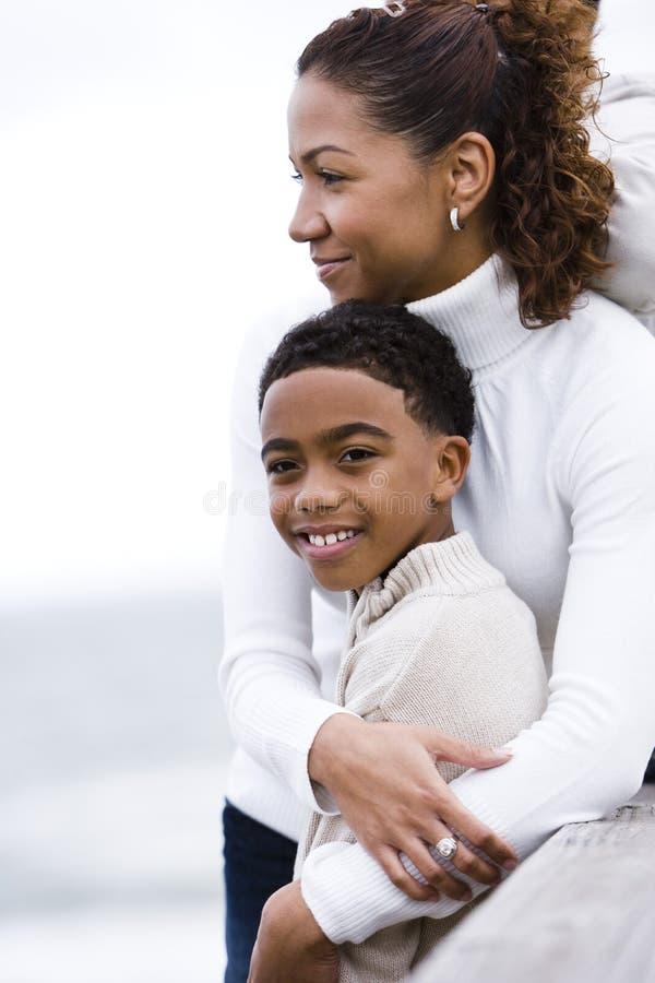 Close-up van Afrikaans-Amerikaanse moeder die zoon omhelst stock afbeelding