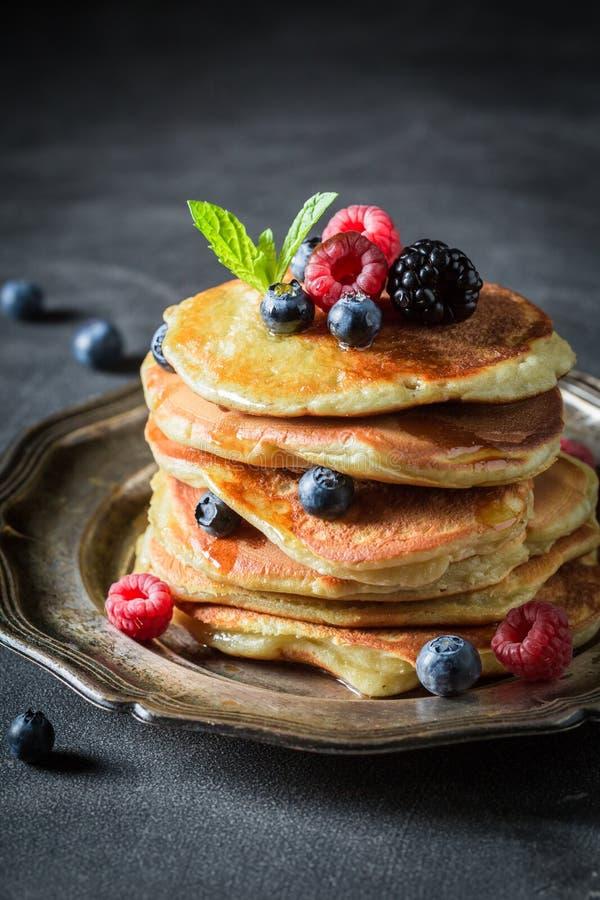 Close-up van Amerikaanse pannekoeken voor ontbijt stock fotografie