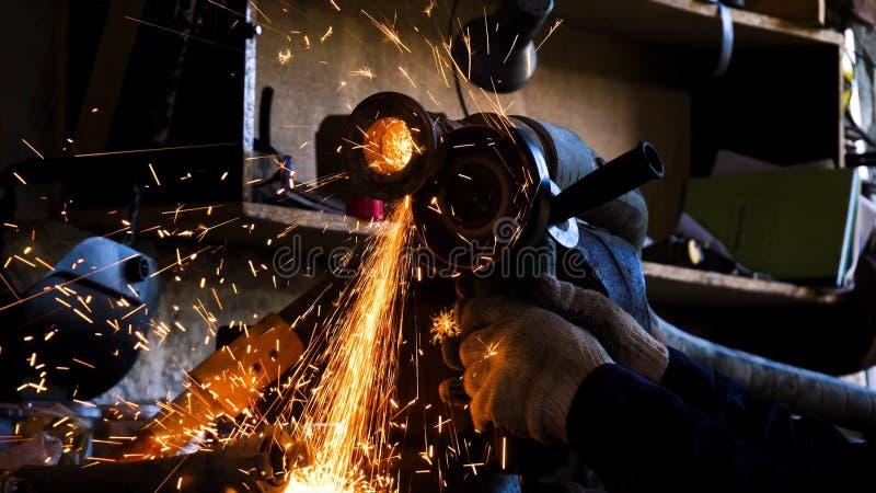 Close-up van arbeiders scherp metaal met molen Kader Vonkt terwijl het malen van ijzer Cirkel scherpe schijfbesnoeiingen van meta stock fotografie