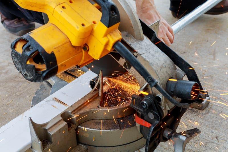 Close-up van arbeiders scherp metaal met molen Vonkt terwijl het malen van ijzer Lage dieptenadruk royalty-vrije stock fotografie