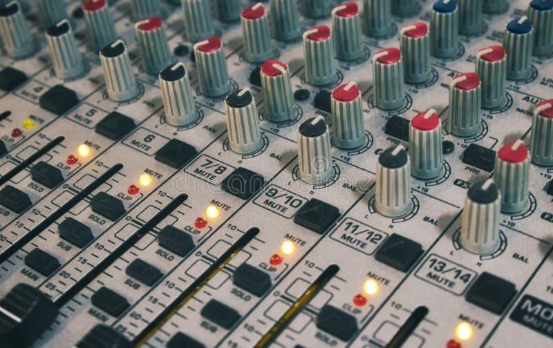 Close-up van audio-mixingbureau met knoppen en schuiven stock foto