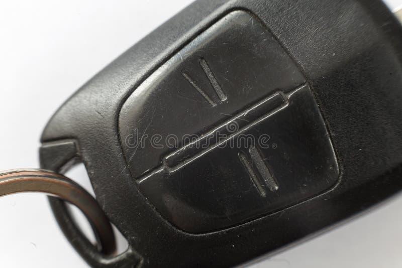 Close-up van autosleutel met afstandsbedieningknopen op witte achtergrond Voertuigslot en sleutelsontwerp, veiligheid en vervoer stock foto's