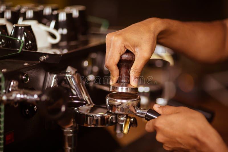 Close-up van barista die koffie voorbereiden stock fotografie