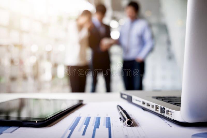 Close-up van bedrijfsdocument in touchpad die op het bureau liggen, weg royalty-vrije stock foto