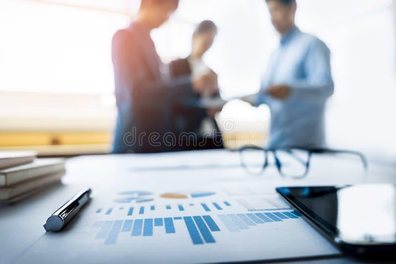 Close-up van bedrijfsdocument in touchpad die op het bureau liggen, weg royalty-vrije stock afbeelding