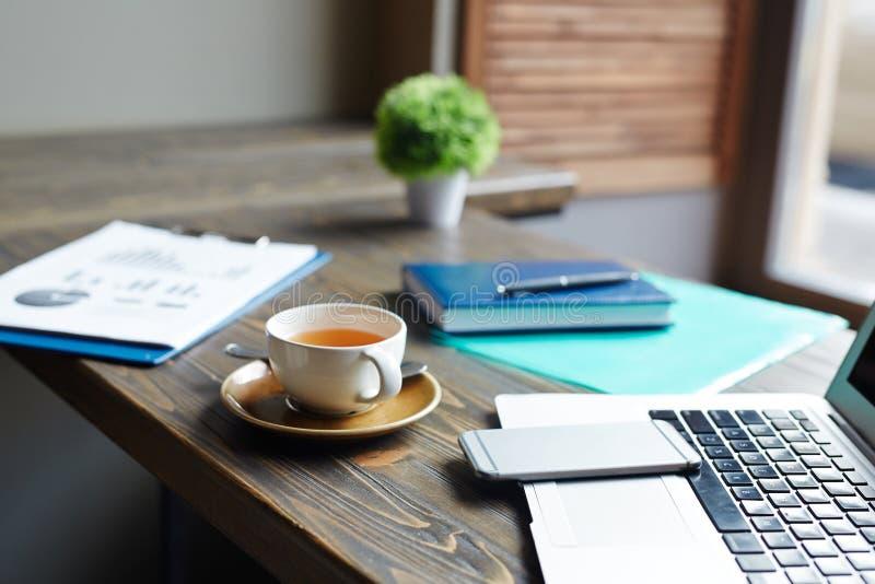 Close-up van Bedrijfsvoorwerpen op Lijst in Koffie wordt geschoten die stock afbeelding