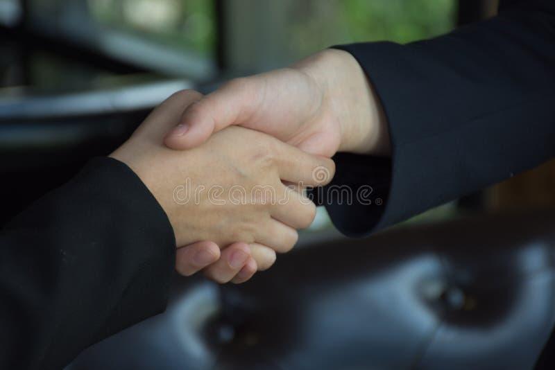 Close-up van bedrijfsvrouw het schudden handen stock foto's