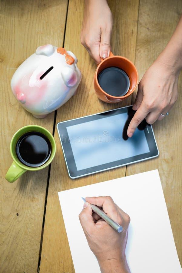 Close-up van begroting planning met twee koppen van koffie stock afbeeldingen