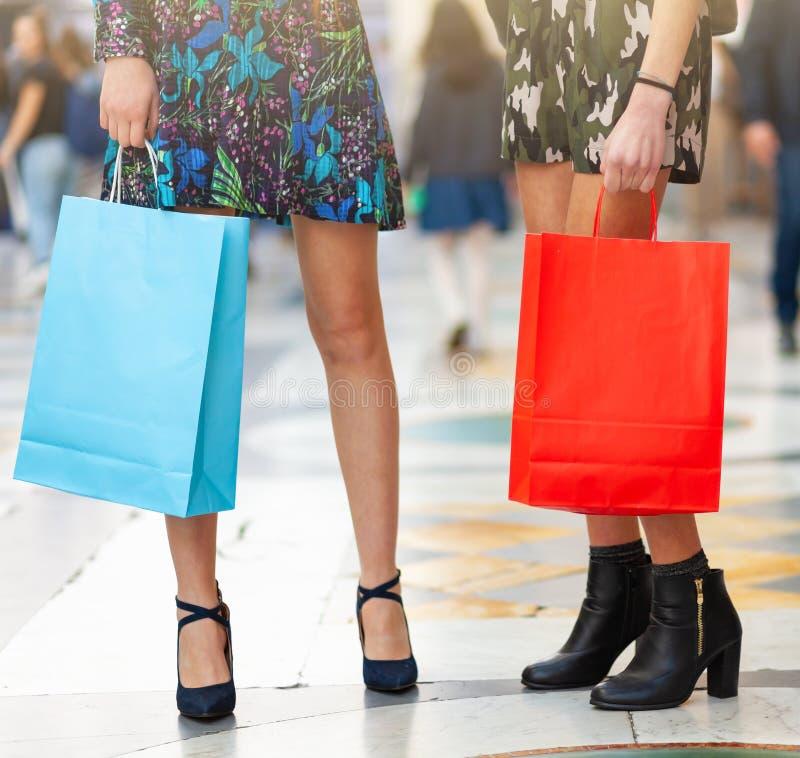 Close-up van benen en het winkelen zakken stock afbeelding