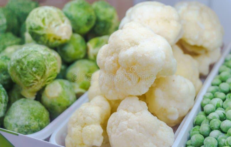 Close-up van bevroren groenten in supermarkt bloemkool Vitaminen, gezonde foo stock fotografie