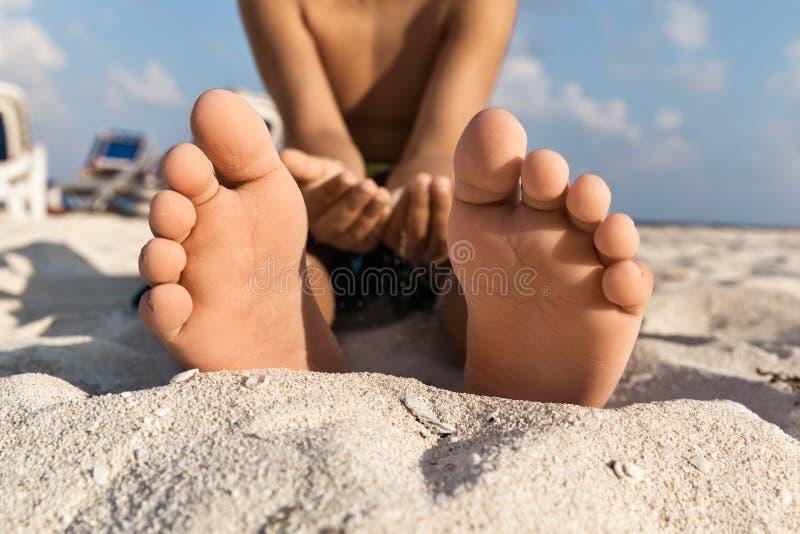 Close-up van blootvoets van een Kindzitting op het Zand, Mexico royalty-vrije stock afbeeldingen