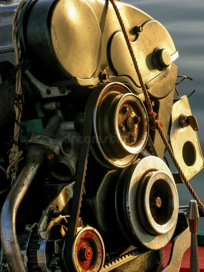 Close-up van bootmotor van staal met weerspiegeling van zonlicht in de ochtend wordt gemaakt die stock afbeelding