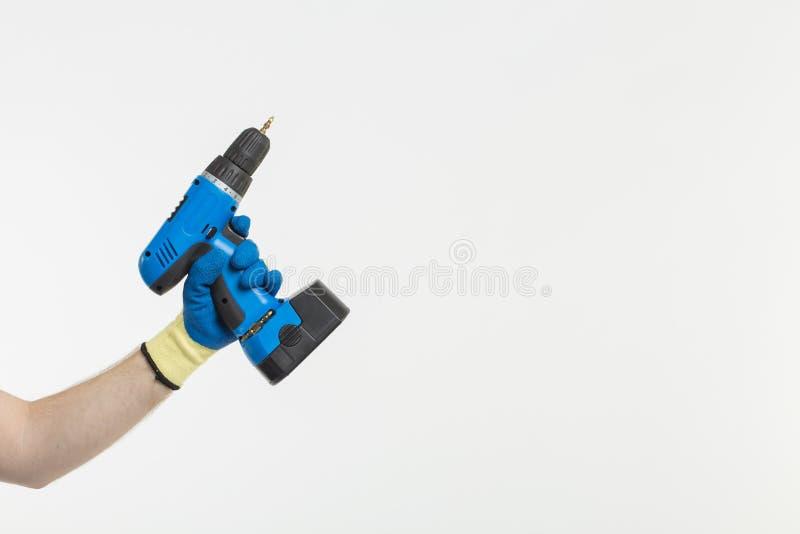 Close-up van bouwers` s hand die met schroevedraaier handschoenen op witte achtergrond met exemplaarruimte dragen royalty-vrije stock afbeelding