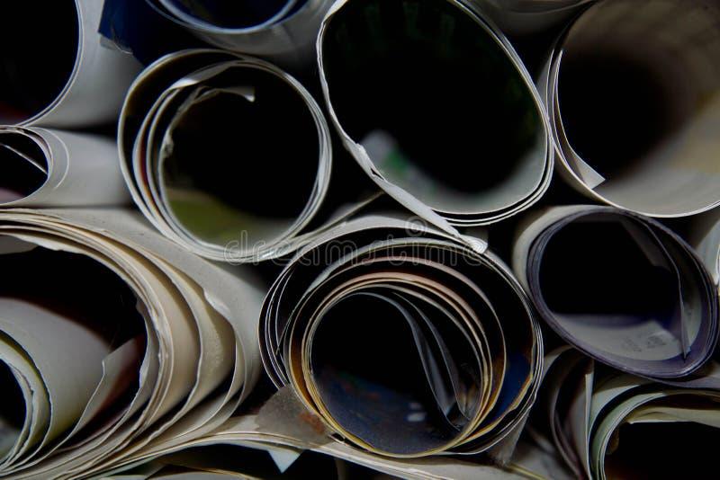 Close-up van bovengenoemde mening van bos van witte drukdocument broodjes en gekleurde films binnen beeldverhaalvakjes achtergron stock fotografie