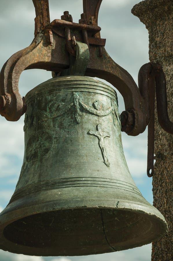 Close-up van bronsklok waar gezien die details kan zijn op de oppervlakte, bij het Kasteel van Trujillo worden gesneden stock fotografie