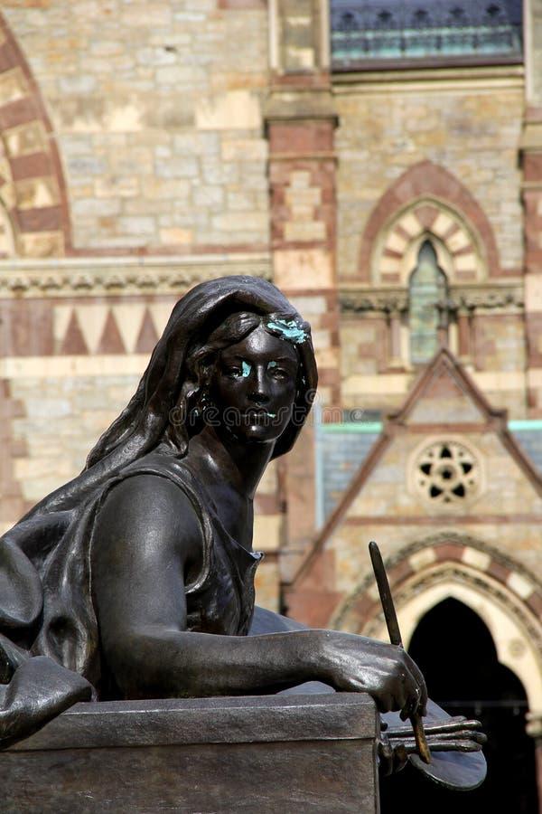 Close-up van bronsstandbeeld die 'kunst' buiten de openbare Bibliotheek van Boston, de Lente van, 2014 afschilderen stock afbeeldingen