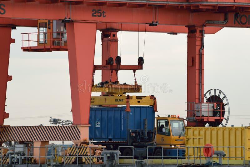 Close-up van Brug Crane Loading Container op Vrachtwagen royalty-vrije stock afbeelding
