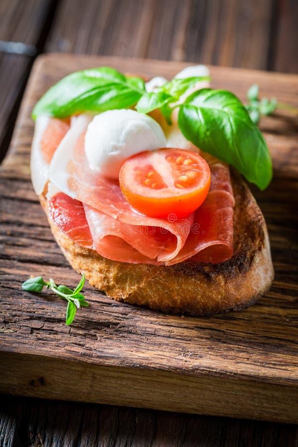 Close-up van bruschetta met verse ingrediënten voor ontbijt stock foto