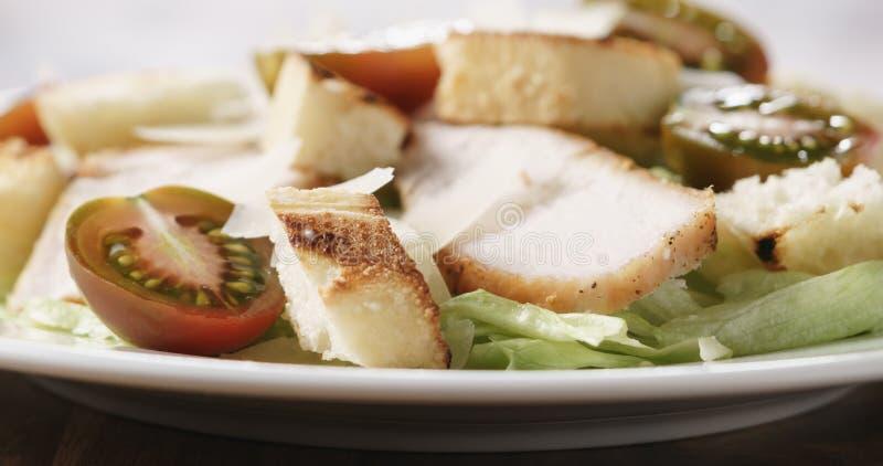Close-up van caesar salade met de tomaten van kersenkumato op houten lijst stock fotografie