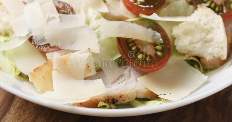 Close-up van caesar salade met de tomaten van kersenkumato op houten lijst stock afbeeldingen