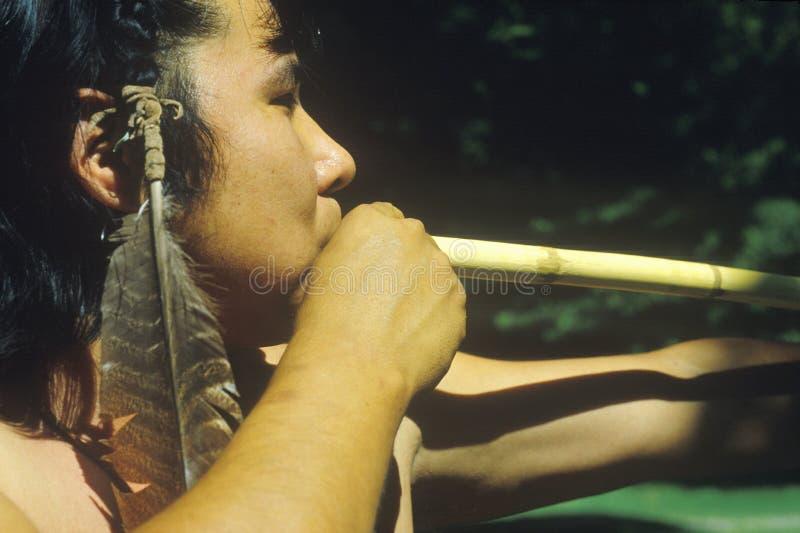 Close-up van Cherokee gebruikend een blaaspijp, Tsalagi-Dorp, Cherokee Natie, o.k. stock foto