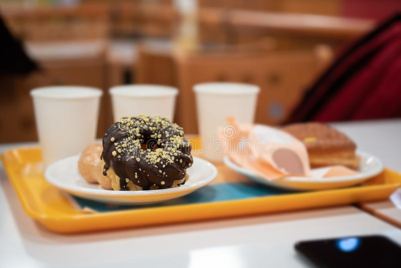Close-up van chocoladedoughnut stock foto's