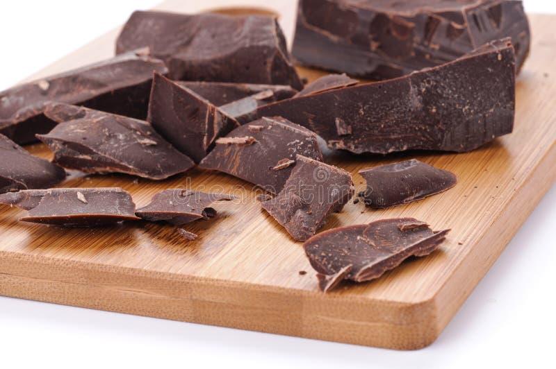 Close-up van chocoladestukken op een houten raad royalty-vrije stock foto's