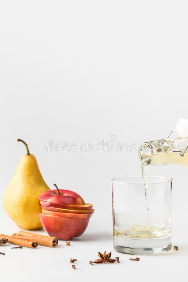 close-up van cider het gieten in glas wordt geschoten dat royalty-vrije stock foto's