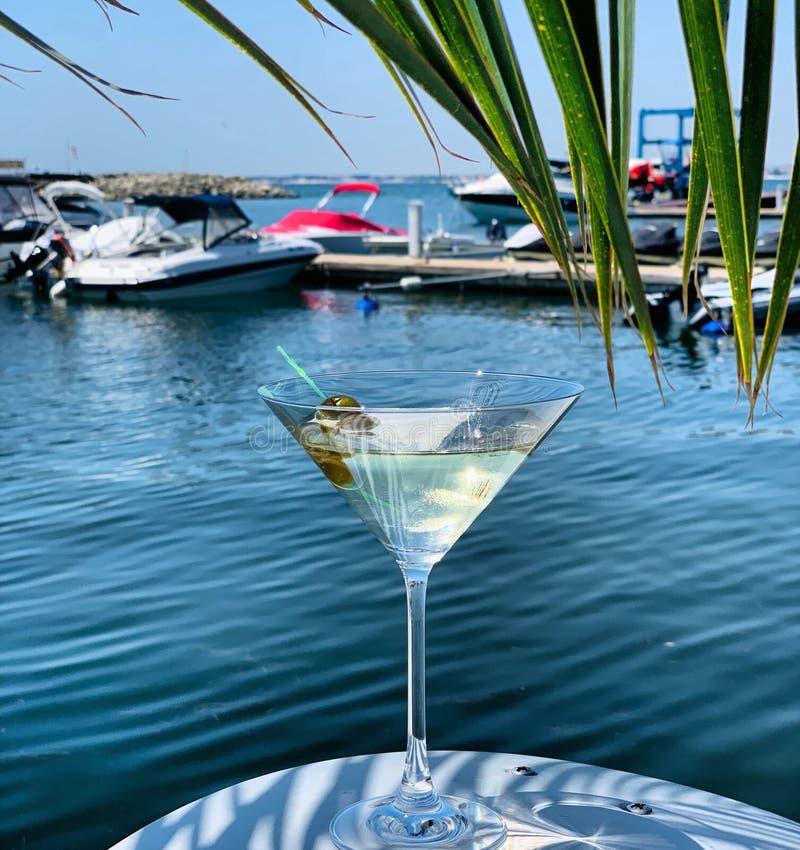 Close-up van cocktail op een plaat dichtbij het het bootdok en overzees stock foto