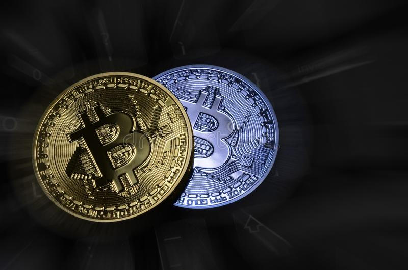 Close-up van crypto munt fysieke bitcoin over computertoetsenbord stock foto