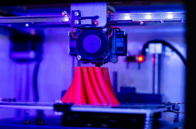Close-up van 3D printer in actie stock afbeeldingen