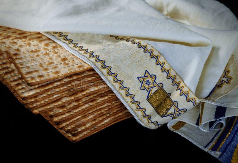 Close-up van de achtergrond van Paschamatzah matzoh over houten lijst stock foto