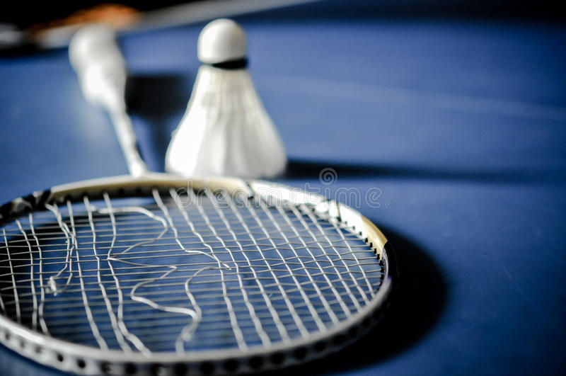 Close-up van de afwezigheid van de Badmintonracket met het badminton van de pendelhaan stock foto's