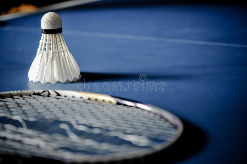 Close-up van de afwezigheid van de Badmintonracket met het badminton van de pendelhaan royalty-vrije stock afbeeldingen