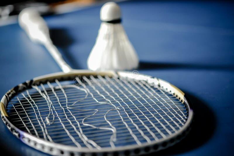 Close-up van de afwezigheid van de Badmintonracket met het badminton van de pendelhaan royalty-vrije stock foto