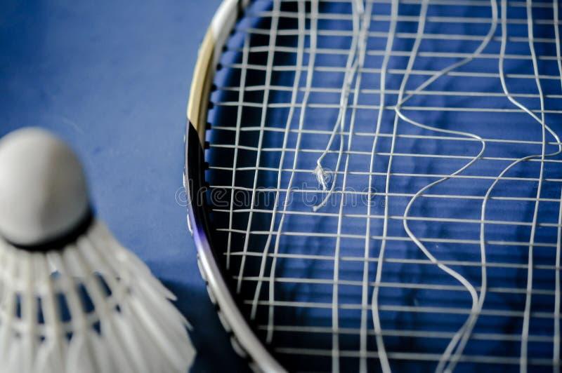 Close-up van de afwezigheid van de Badmintonracket met het badminton van de pendelhaan stock foto