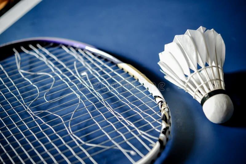 Close-up van de afwezigheid van de Badmintonracket met het badminton van de pendelhaan royalty-vrije stock fotografie