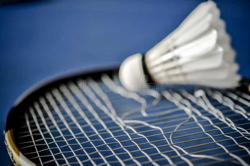 Close-up van de afwezigheid van de Badmintonracket met het badminton van de pendelhaan royalty-vrije stock afbeelding