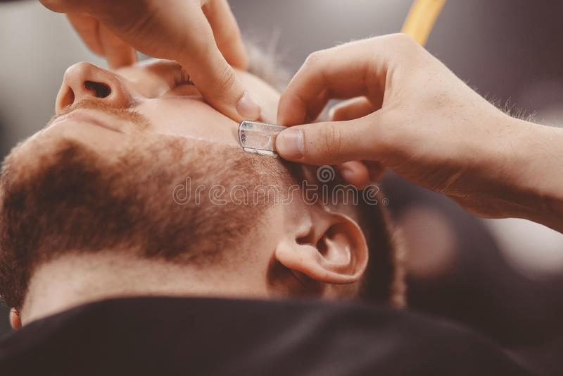 Close-up van de baardherenkapper van de scheermesje scherpe mens royalty-vrije stock fotografie