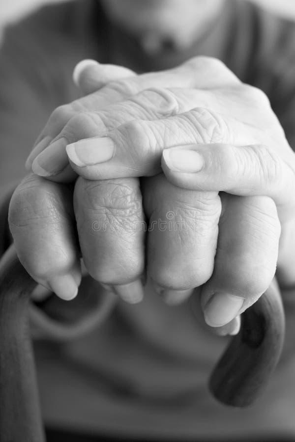 Close-up van de Bejaarde Hand die van Personen op Walkin rust stock foto