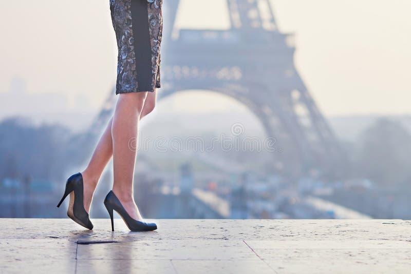 Close-up van de benen van de elegante Parijse vrouw royalty-vrije stock afbeelding