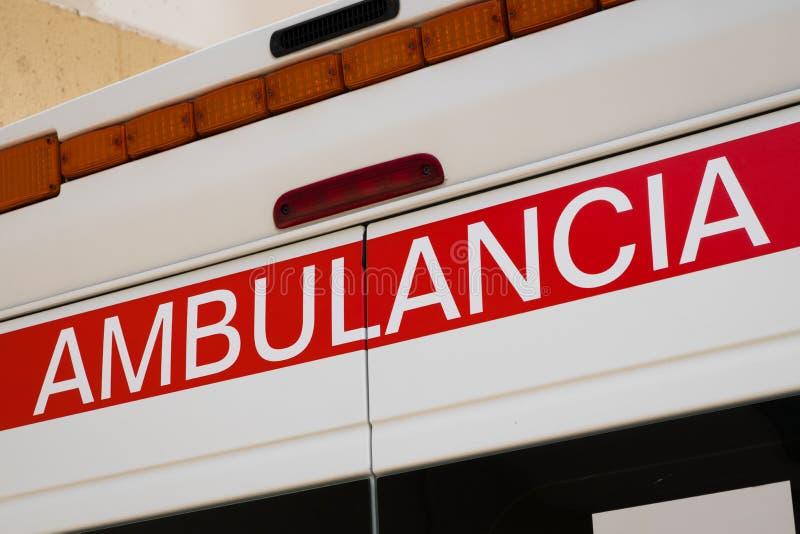 Close-up van de beschrijving het Spaans van de ziekenwagenauto: Ambulancia stock afbeeldingen