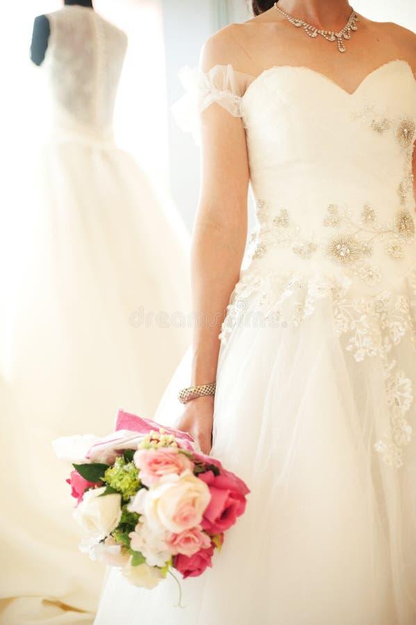 Close-up van de bruid die een huwelijksboeket houden royalty-vrije stock afbeelding