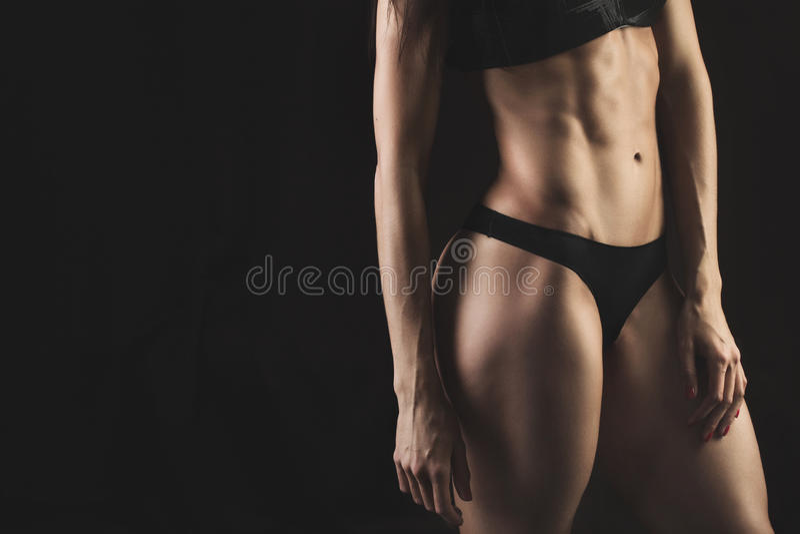 Close-up van de buikvrouw van de spieren jonge atleet stock afbeeldingen