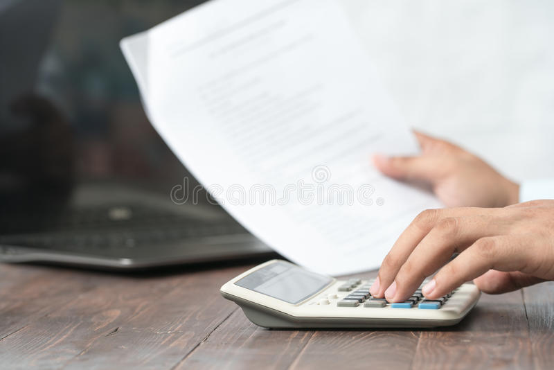 Close-up van de Calculator van Businessperson Calculating Budget With bij stock fotografie