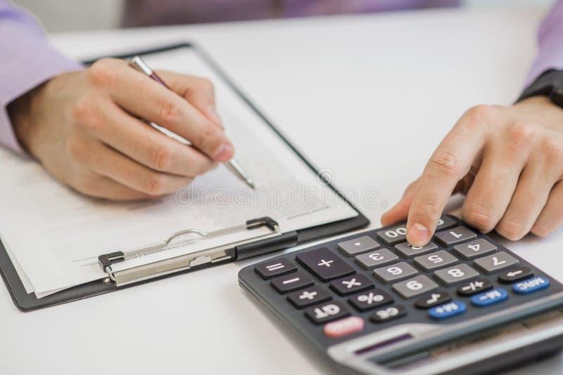 Close-up van de Calculator van Zakenmancalculating invoices using royalty-vrije stock fotografie