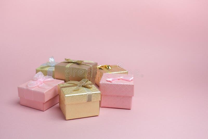 Close-up van de dozen van de kleurengift met gouden bogen De ruimte van het exemplaar royalty-vrije stock foto