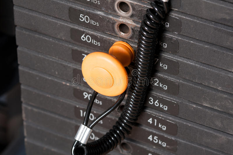Close-up van de gewichten van het stapelmetaal in gymnastiekmateriaal stock fotografie