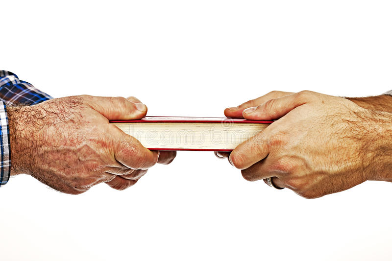 Close-up van de hand die van rijpe maneen boek geven aan zijn zoon, conceptua royalty-vrije stock foto's